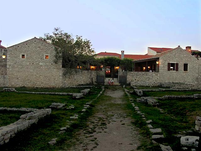 Konoba Branimir, met de oude Heilige Kruiskerk in de achterhof (Nin)