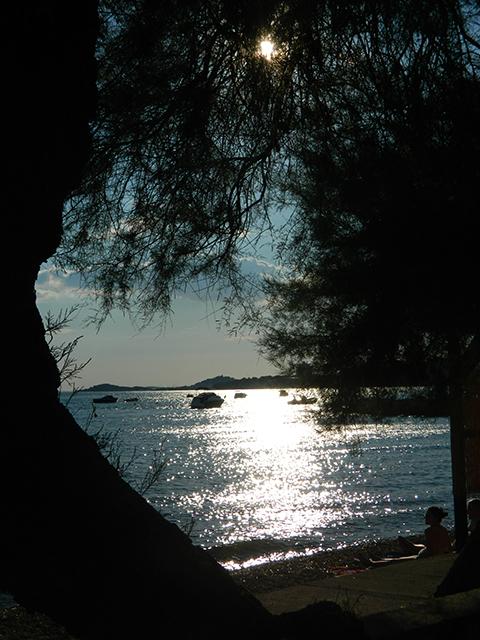 De Kroatische zon staat al vroeg laag (Vodice)